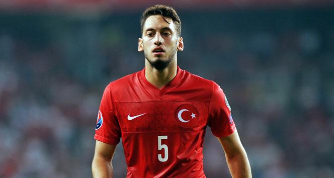 """Milli futbolcu Hakan Çalhanoğlu'ndan """"Virüse pas çıkartmayın"""" mesajı"""