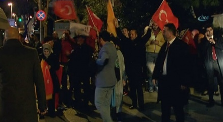 Erdoğanın evi önünde seçim sonucu coşkusu