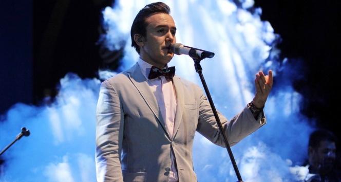 Mustafa Ceceli 'Emri Olur' ile dikkatleri üzerine çekti