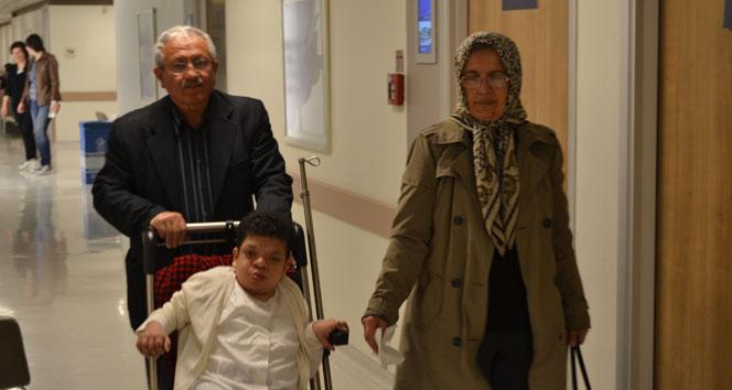 Doktorlar 'yaşamaz' dedi, annesi hayata bağladı