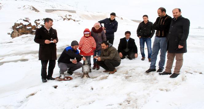 Buz tutan Bendimahi Çayı'nda kayak yapıp semaver çayı içtiler
