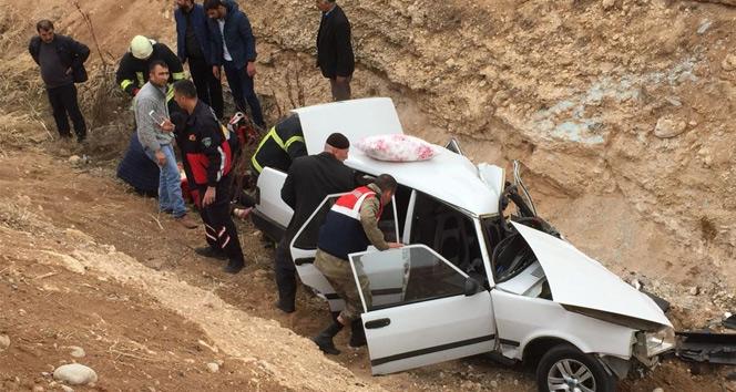 Malatya'da virajı alamayan bir otomobil şarampole uçtu: 1 ölü, 4 yaralı