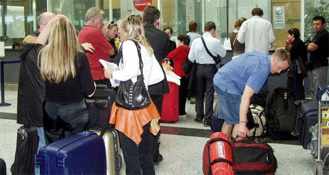 Havalimanında yabancıları dolandıran gişe memurlarına operasyon: 7 gözaltı