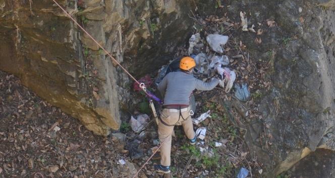 Erişilmesi zor olan doğadan 1 ton çöp topladılar