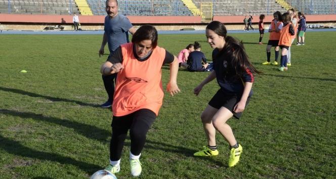 İranlı kadın hemşire, futbol yeteneğiyle göz dolduruyor