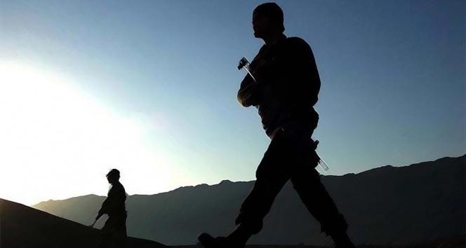 Hakkari'de PKK'lı bir terörist komandolara teslim oldu