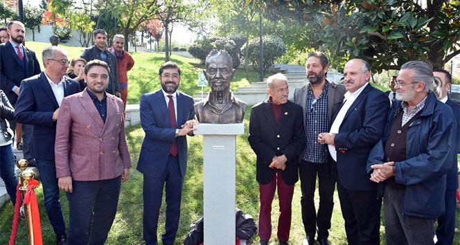Beşiktaş'ta ünlü müzisyenin heykeli dikildi
