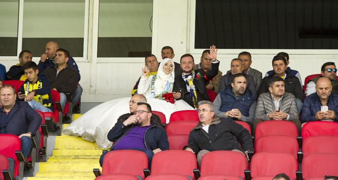 Fanatik Ankaragücü taraftarı damat, düğün öncesi gelini alıp tribünde maç izledi