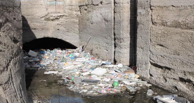 3 kişinin öldüğü su kanalı pislikten geçilmiyor