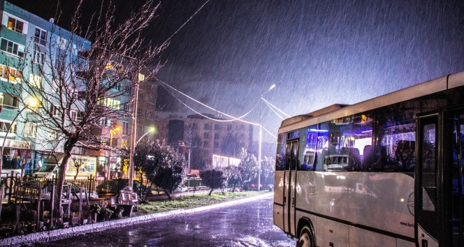 Kuzey Ege'de sağanak yağış hayatı olumsuz etkiliyor