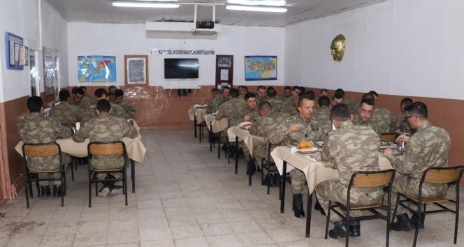 Kışlalardaki zehirlenmeler için Bakan Canikli ve Fakıbaba harekete geçti
