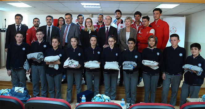 300'den fazla yatılı bölge okuluna 50 bin spor eşofmanı desteği