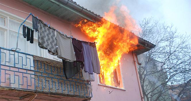 Çakmakla oynayan çocuk evi yaktı!