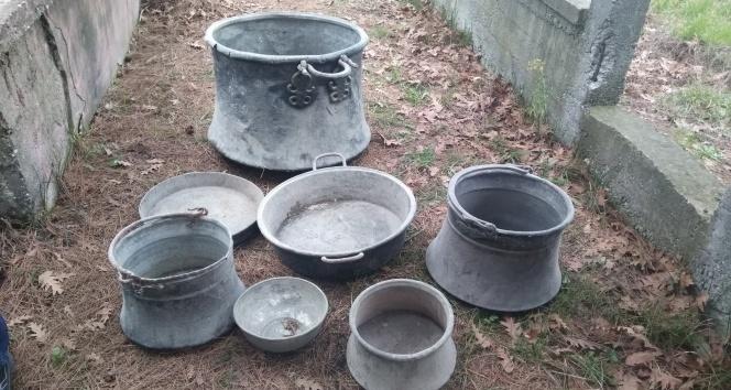 Çalınan bakır kazanlar mezarlıkta bulundu