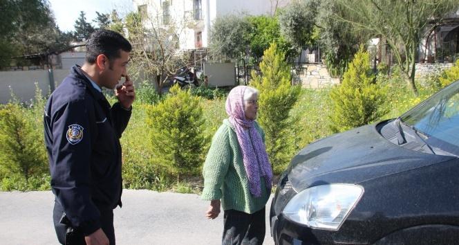 89 yaşındaki nine yola fırladı, caddeyi trafiğe kapattı