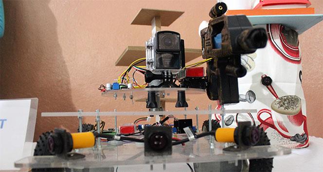 Liseli öğrenciler silahla ateş eden robot üretti