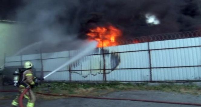 Ayazağa'da fabrikada yangını sürüyor