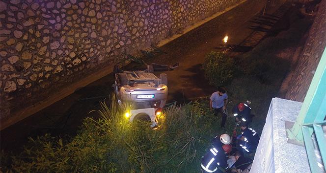 Virajı alamayan otomobil su kanalına uçtu