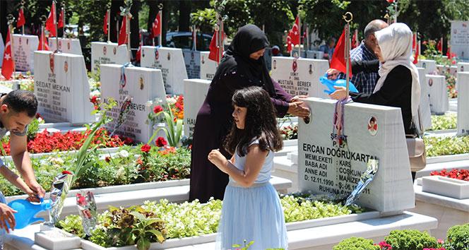 Arife günü Edirnekapı Şehitliği şehit yakınlarıyla doldu taştı