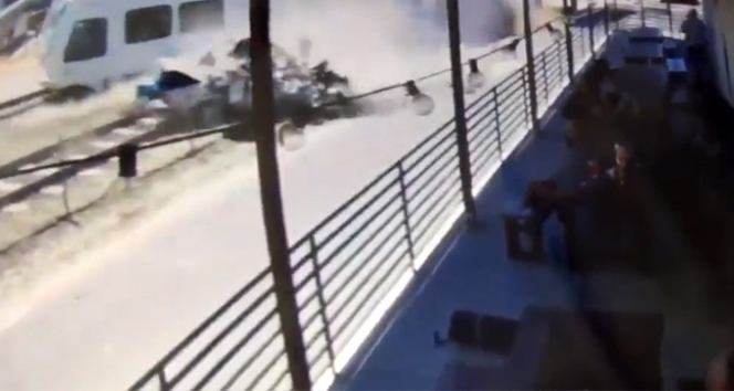 Tren otomobili biçti: 2 ölü, 20 yaralı