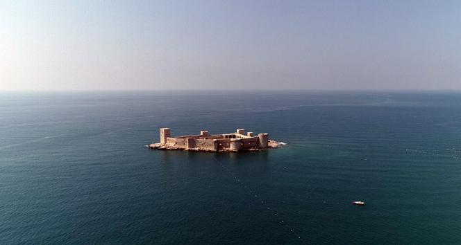 Denizin ortasındaki 2 bin 400 yıllık kale kendine hayran bırakıyor