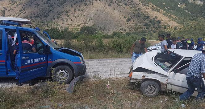 Tosya'da askeri araç ile otomobil çarpıştı
