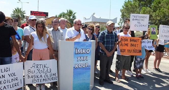 Balıkesir'de balık ölümleri ve trafik kazalarına tepki gösteren tatilciler yol kapattı