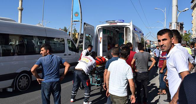 Motosiklet otomobile çarptı: 3 yaralı