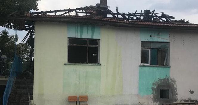 Isparta'da yanan 2 katlı ahşap ev kullanılamaz hale geldi
