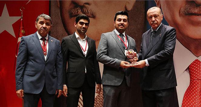 Ödül plaketini Cumhurbaşkanı Erdoğan'ın elinden aldı