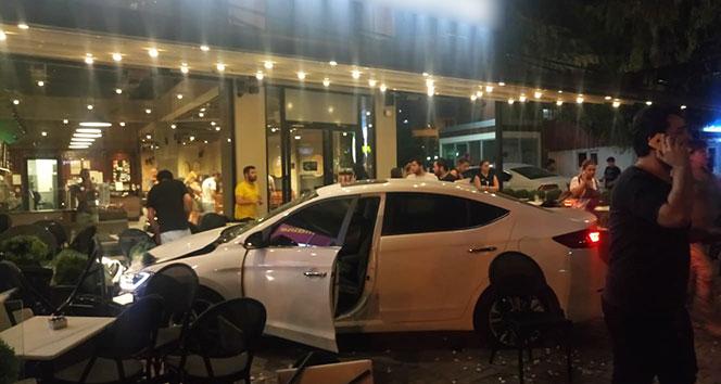 Otomobil kafeye daldı: 1'i ağır 3 yaralı