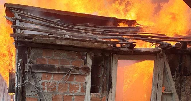Ahşap ev alevlere teslim oldu! Tamamen yanarak kül oldu...