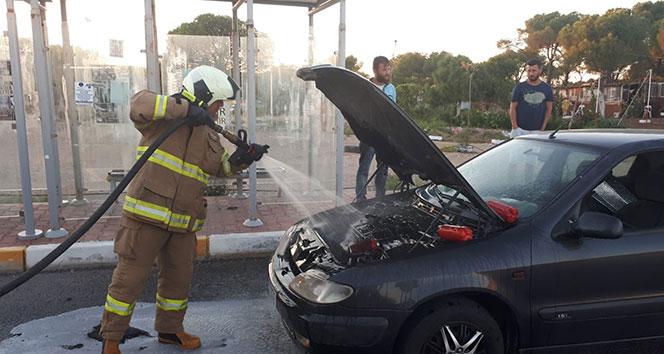 Alev alan otomobili itfaiye ekipleri söndürdü