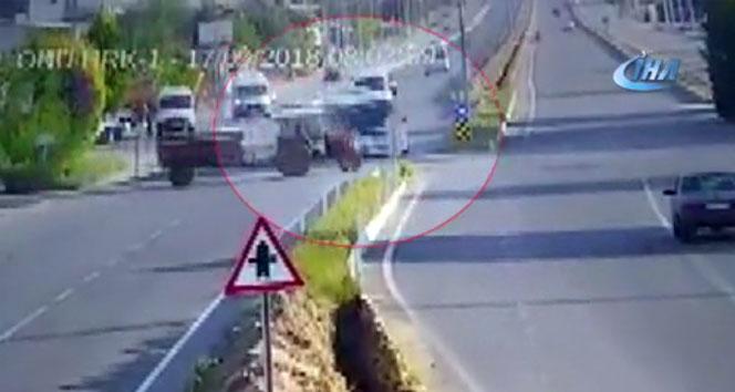 İşçi servisi ile traktörün çarpıştığı kaza güvenlik kamerasında