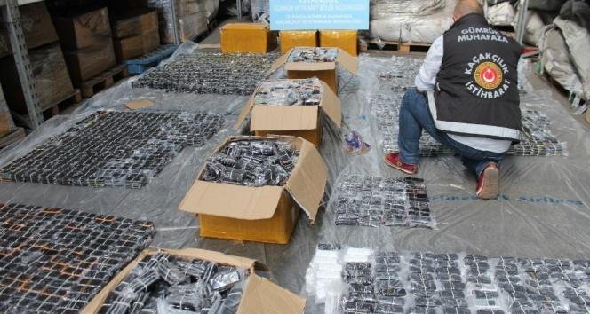 Kutulardan binlerce kaçak cep telefonu çıktı