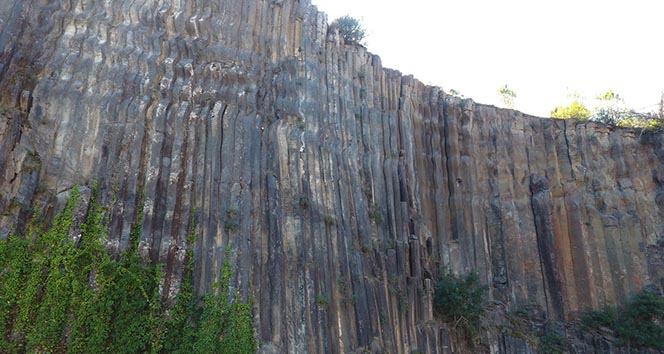 5 milyon yıllık altıgen prizmalar şeklindeki kayalık görenleri şaşırtıyor