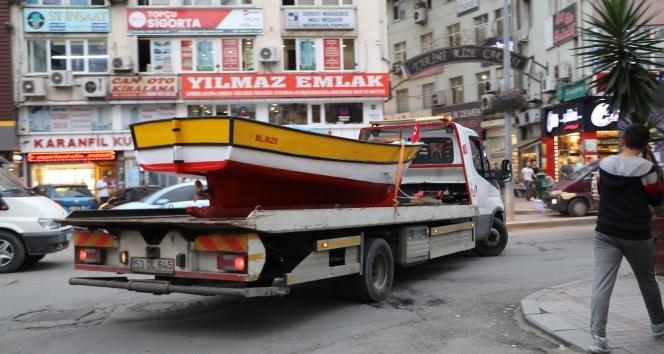 Kayığı denize indirmek için bin 500 metre karadan yürüttü