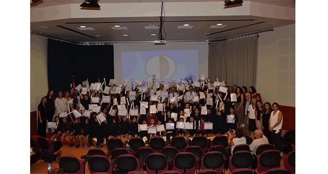 Cambridge sınavlarında yüzde 100 başarı gösteren Yakın Doğu İlkokulu öğrencileri sertifikalarını aldı