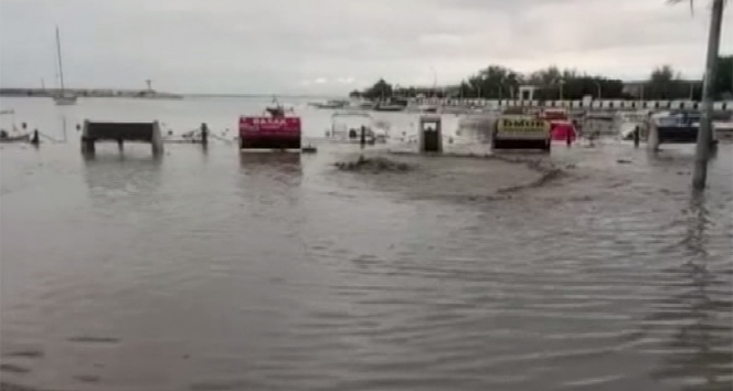 Silivri'de sahil yolu sular altında kaldı