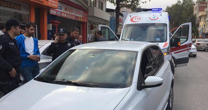 Arabasında uyuyakalan sürücüyü polisler uyandıramayınca 112'den yardım istendi