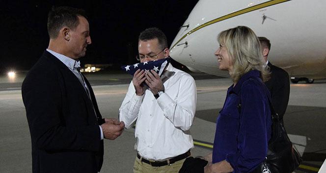 Rahip Brunson, Almanya'da ABD bayrağını öptü