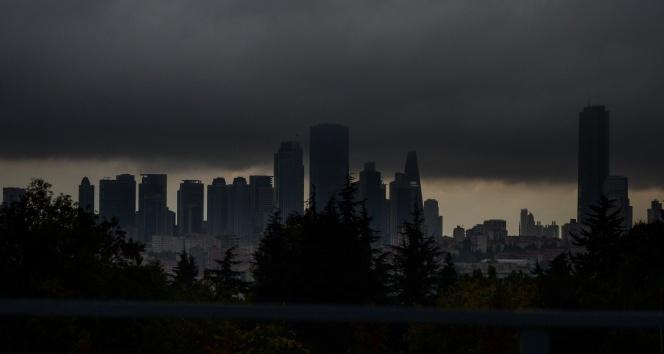 İstanbul'da gökdelenlerin üstünü bulutlar kapladı