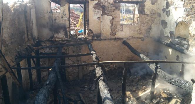 Gün ağardığında yanan evden dumanlar tütmeye devam etti