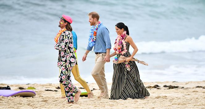 Prens Harry ve Meghan'ın sahilde yalın ayak keyfi