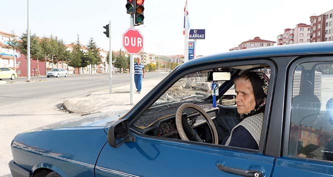65 yaşındaki kadın sürücü, erkek şoförlere taş çıkartıyor