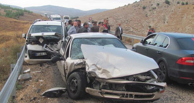 Gaziantep'te iki araç kafa kafaya çarpıştı: 4 yaralı!