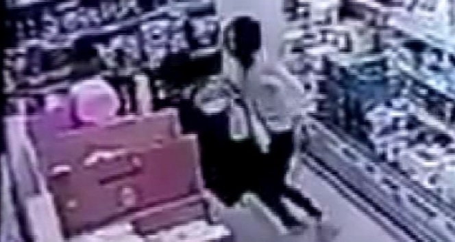 Markette genç kıza yumruklu saldırı kamerada