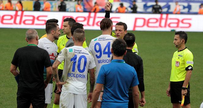 Rize'de maç sonu saha karıştı