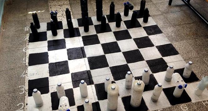 Duyarlı öğretmen, öğrencileri için pet şişeleri keserek satranç takımı yaptı