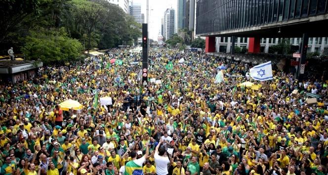 Brezilya sokaklara döküldü